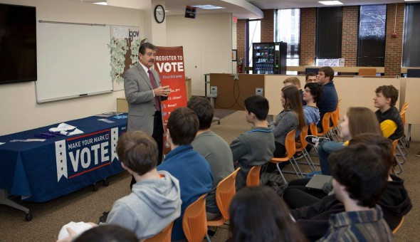 Clerk David Orr talking to high school students in Evanston Feb 2016.